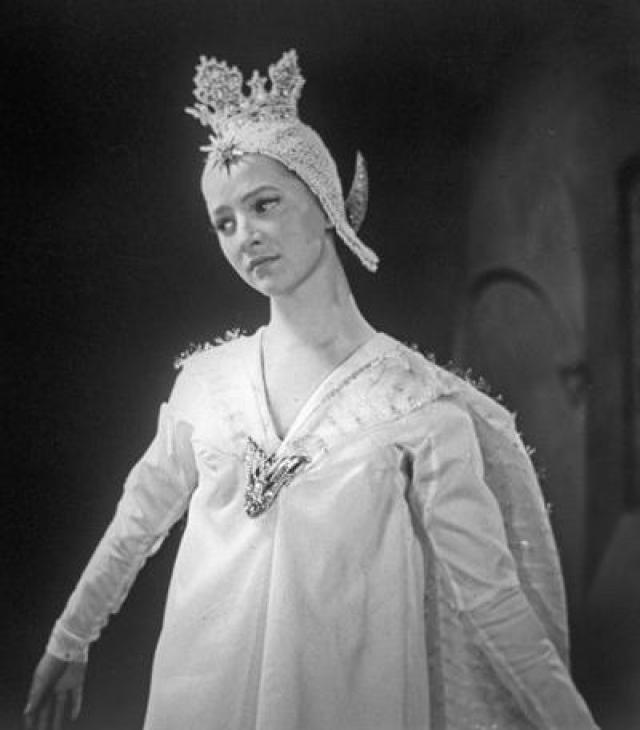 За актрисой ухаживали самые большие звезды советского кино, включая Андрея Миронова. Но замуж она вышла за переводчика-синхрониста Алексея Стычкина. От этого брака у актрисы родился сын-популярный ныне актер Евгений Стычкин.