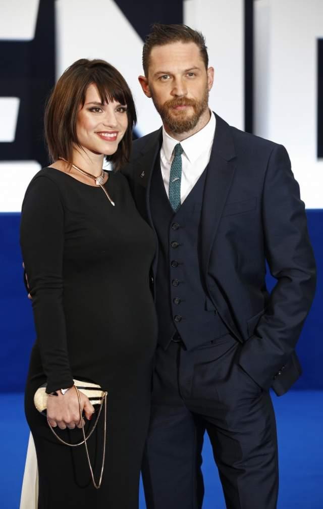 """А в 2009 году познакомился с Шарлоттой на съемках фильма """"Грозовой перевал"""", и экранный роман перешел в реальный. В 2014 году они поженились в присутствии лишь близких друзей и родных. Еще через год у них родился сын."""