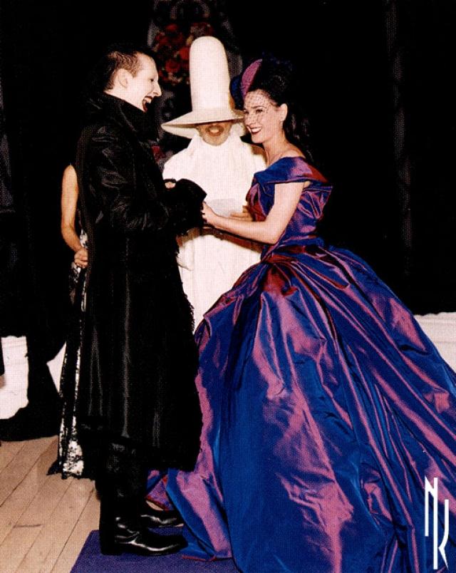 Невеста в платье от Vivienne Westwood выходила под традиционную похоронную мелодию. Что, в общем-то, послужило знаком: брак распался.