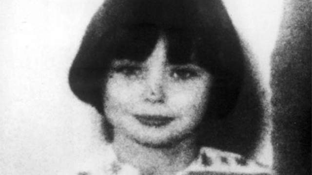В августе того же года Мэри и Норме было предъявлено обвинение по двум пунктам в непредумышленном убийстве, Мэри выдала себя, подробно описав пару сломанных ножниц, с которыми, по словам девочки, играл Брайан.