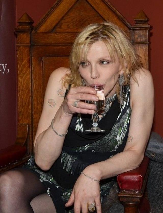 Позже она написала Уилсону смс с просьбой извинить ее за подобное поведение, которое было вызвано передозировкой алкоголя и антидепрессантов.