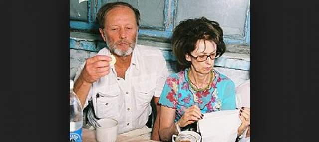 Каждая из супруг сатирика в интервью уверяла, что в их отношениях все просто замечательно.