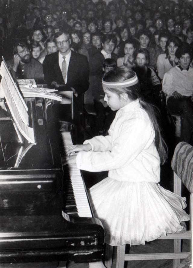 Полина Осетинская. Юная пианистка выступила на сцене Большого зала Вильнюсской консерватории в шестилетнем возрасте. Ее отец с гордостью рассказывал, что воспитывал девочку по собственной методике. К восьми годам она могла сыграть наизусть 30 часов произведений!