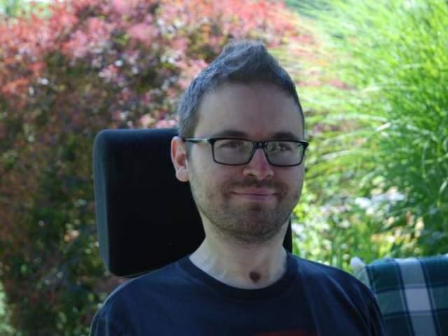 Йохан Хаблик. Немецкий гимнаст в 22 года в ноябре 2002 года в результате падения также сломал шейный позвонок, когда после травмы руки участвовал в вольных упражнениях.