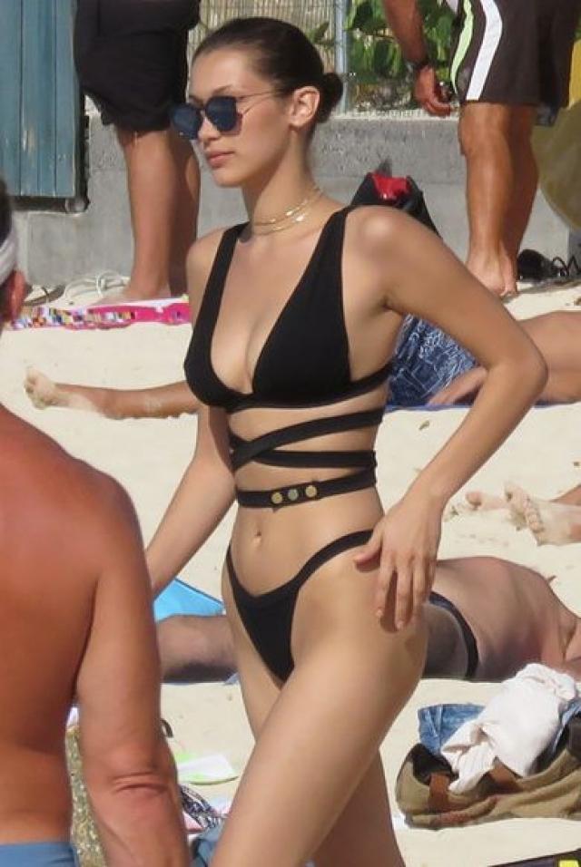 Модель Белла Хадид выбрала для отдыха купальник в стиле БДСМ.