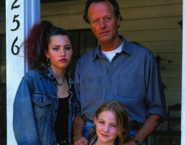 """Первой ролью в кино стала роль бунтарки-гота Кейси Джэксон, внучки Питера Фонды, в критически принятой драме """"Золото Ули"""". Эта роль принесла ей премию Young Artist Award."""