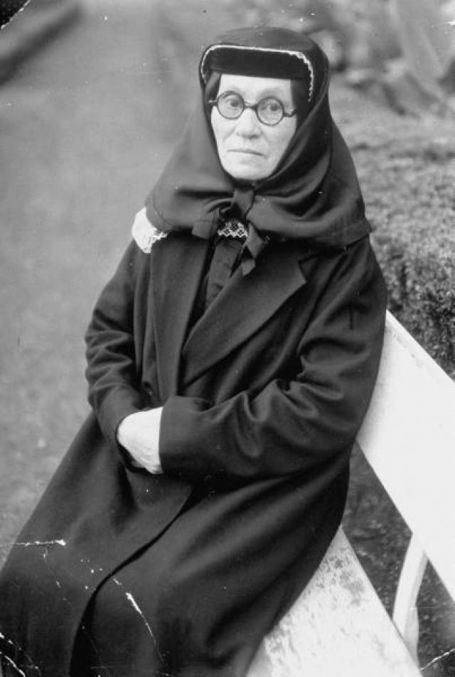 Родители Сталина. Мать Сталина - Екатерина Георгиевна Геладзе родилась в небольшой православной деревне в Грузии, а в 17 лет стала женой Виссариона (Бесо) Джугашвили. Двое ее детей умерли младенцами, а третий - Иосиф - выжил.