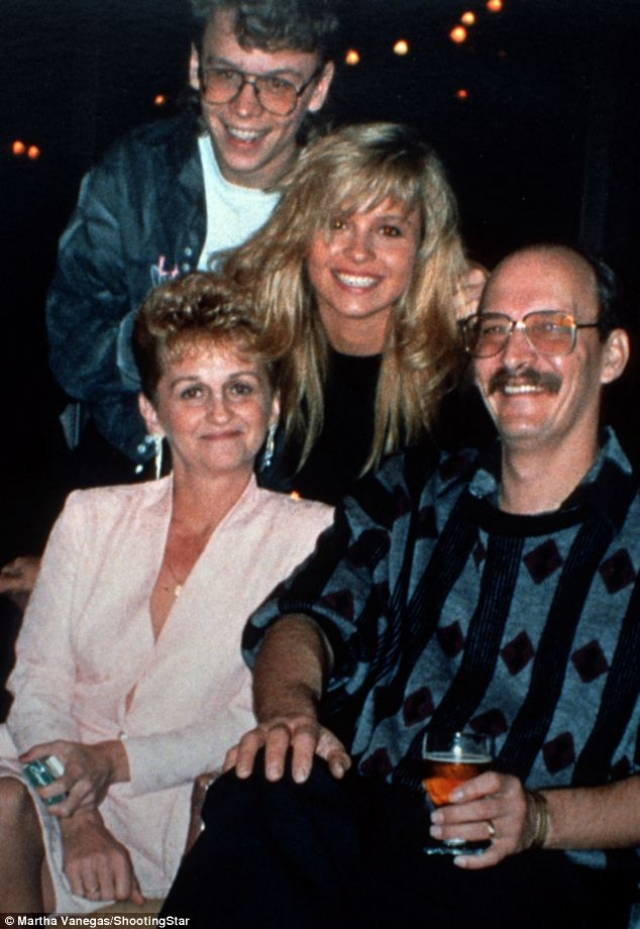 Родители Памелы Андерсон. Будущая звезда Плэйбоя родилась в Канаде. Ее мать, Кэрол, работала официанткой, а отец, Барри Андерсон, был мастером по обслуживанию каминов.