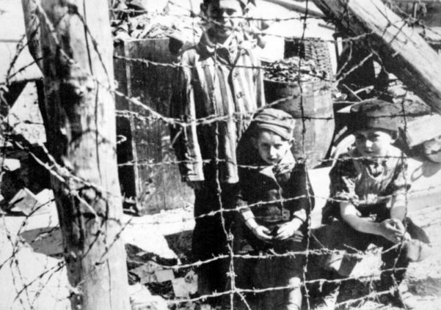 Детям, попавшим в концентрационный лагерь, грозила немедленная смерть, так как они не были эффективной рабочей силой. Но некоторых детей и подростков, в общей сложности их было несколько сотен, все же спасали - заключенные прятали их от администрации или убеждали немцев делать исключения из правил...