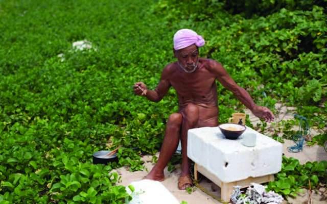 Ему 78 лет, и до недавнего времени старик выглядел довольно крепким, курил, питался рисом и прогуливался по своим владениям и ходил по острову нагишом. Нельзя не сказать, что еженедельно Нагасаки ходит в ближайшую деревню, чтобы приобрести пресную воду и рис, на которые ему присылают деньги родные.