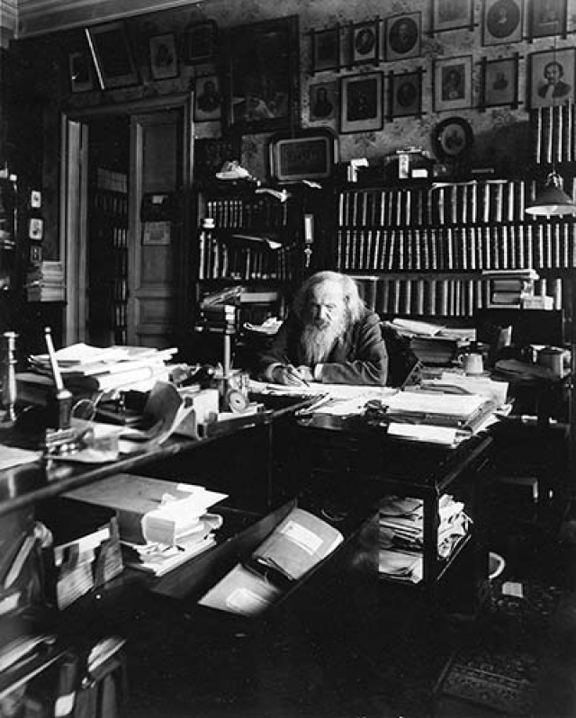Кабинет Дмитрия Менделеева. Обстановка кабинета вместе с библиотекой (а это около 20 000 изданий!) и частью архива была приобретена в 1911 года у жены ученого. С того момента в бывшей квартире находится мемориальный музей.