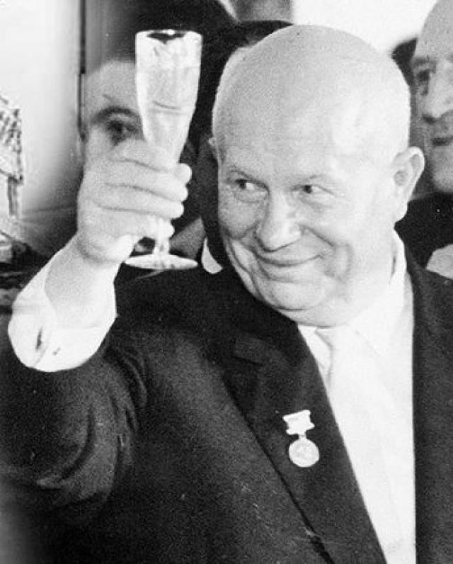 """Жена американского посла Джейн Томсон во время одного из визитов в СССР подарила Хрущеву большую рюмку с """"секретом"""": внутри она почти полностью была заполнена стеклом и для алкоголя или другой жидкости оставалось совсем мало места."""
