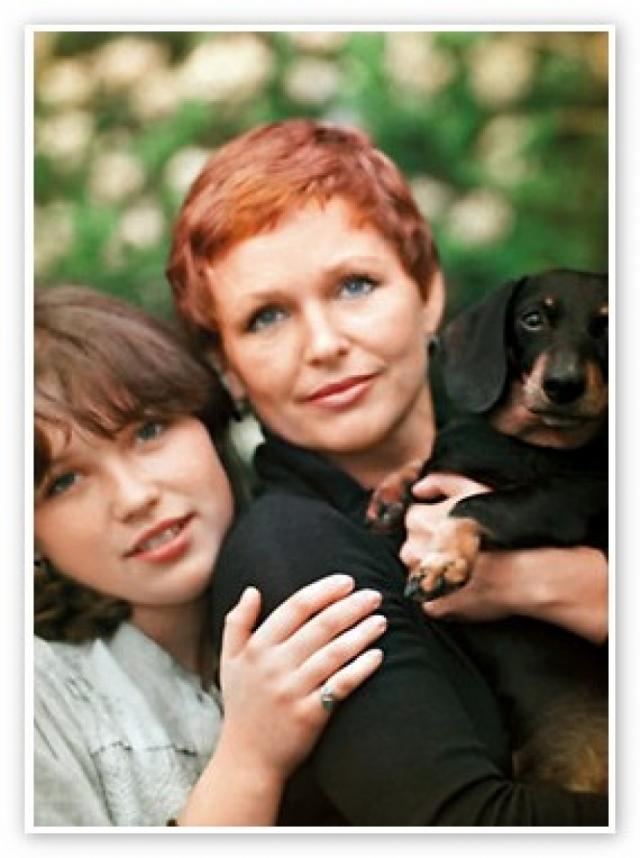 О дочери Наталья вспомнила, лишь когда развелась с очередным супругом - космонавтом Борисом Егоровым. Опасаясь, что тот захочет делить жилье, она выписала из Харькова родную дочь и поселила у себя. А всем знакомым говорила, что это ее домработница.