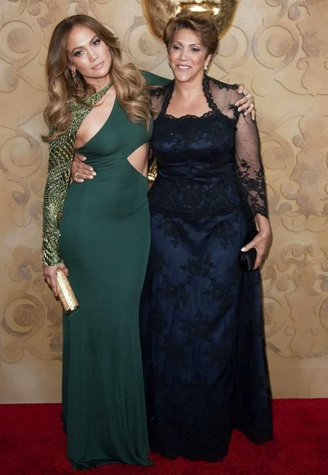 Дженнифер Лопес и мама Гваделупе Родригес. Из-за непростого характера женщины регулярно ссорились. Но то было раньше: повзрослев и помудрев, мать и дочь стали дружны и много времени проводят вместе.