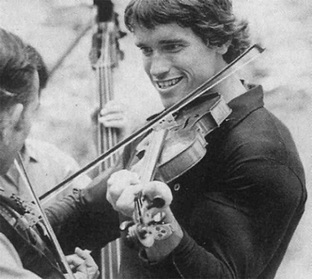 """Играет на скрипке в фильме """"Оставайся голодным"""", 1976 год."""