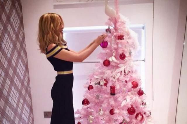 А Кайли Миноуг выбрала розовую елочку.