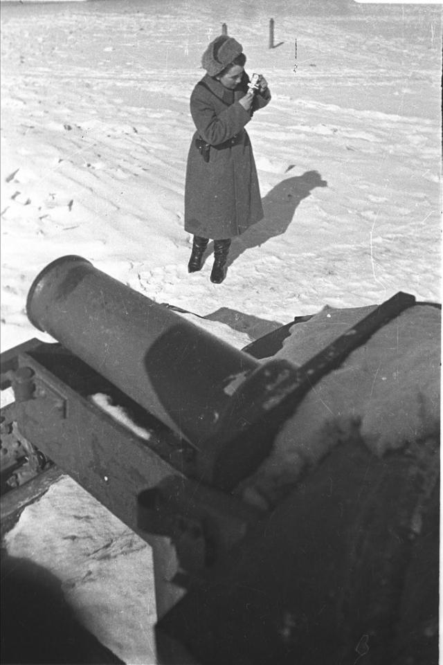 """""""Под Севском немцы атаковали нас по семь-восемь раз в день. И я еще в этот день выносила раненых с их оружием. К последнему подползла, а у него рука совсем перебита. Болтается на кусочках… На жилах… В кровище весь…"""