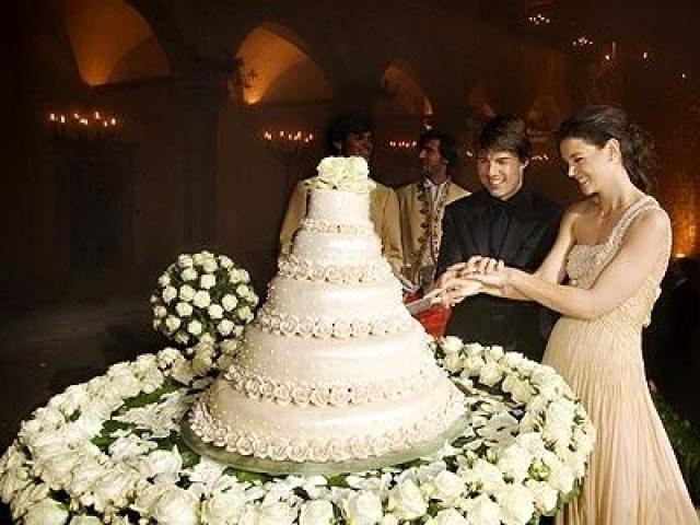 Бракосочетание прошло в замке Одескальки в итальянском городе Браччано. Организатором пышного торжества выступила племянница дизайнера Джорджио Армани – Роберта. Наряды невесты, жениха, детей и даже родителей были исключительно от Армани.