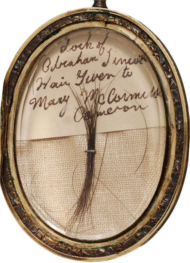 Вместе с прядью волос на аукционе представили более 300 предметов, связанных со смертью Линкольна. За них удалось выручить свыше 800 тыс. долларов.
