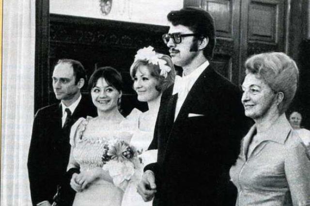 Максакова ответила на его чувство, но оформить брак с немцем в СССР оказалось непросто: сотрудники ЗАГСа всячески отговаривали актрису, поскольку Андреас был уроженцем вражеской Западной Германии.