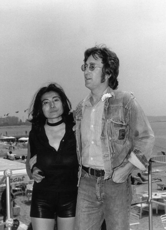 Леннон говорил, что впервые встретил женщину, с которой ему было действительно интересно. Йоко, которая была на семь лет старше, оказывала на музыканта огромное влияние, но ему это нравилось.