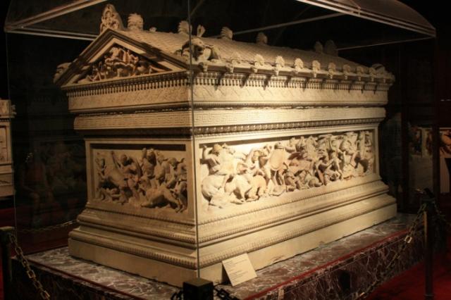 Саркофаг из чистого золота, золотая колесница и новая дорога, специально построенная из Персии в Египет - лишь немногие траты на проводы в последний путь великого императора-полководца.