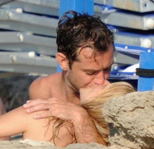 Жаркий поцелуй Джуда Лоу и Сиенны Миллер .