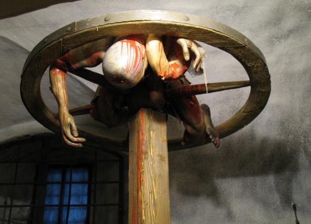 Колесование. Жертву раздевали, руки и ноги раскладывались и привязывались к большому колесу, затем большим молотком палач бил жертву, ломая кости, стараясь при этом не наносить смертельных ударов.