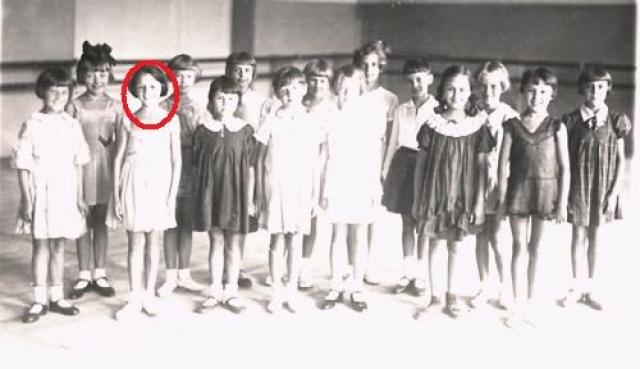 Виолетта Бовт родилась 9 мая в Лос-Анджелесе, а в 1930-х годах ее отец-коммунист переехал вместе с семьей в СССР.