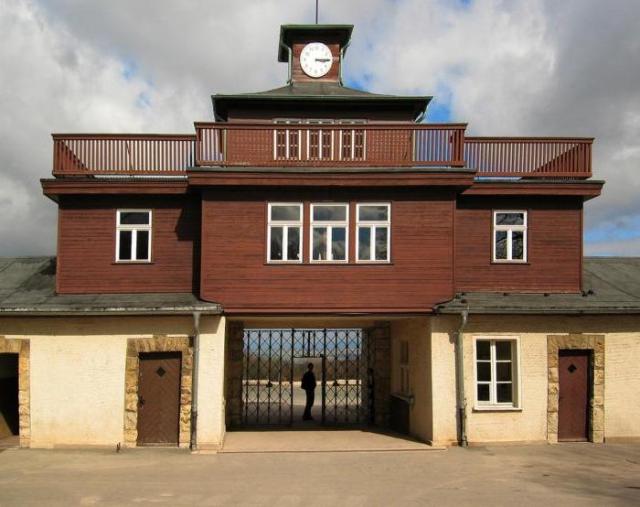 К ним присоединились американские части, которые освободили Бухенвальд 11 апреля 1945 года в 15:15. Сейчас часы на воротах лагеря все время показывают это время.