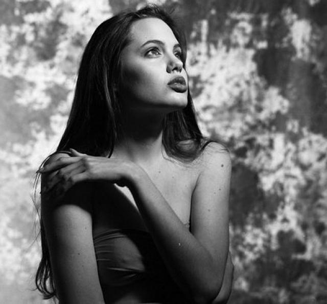 Анджелина Джоли. Еще до того, как стать знаменитой актрисой, послом доброй воли ООН и матерью-героиней, Энджи была подающей надежды моделью.