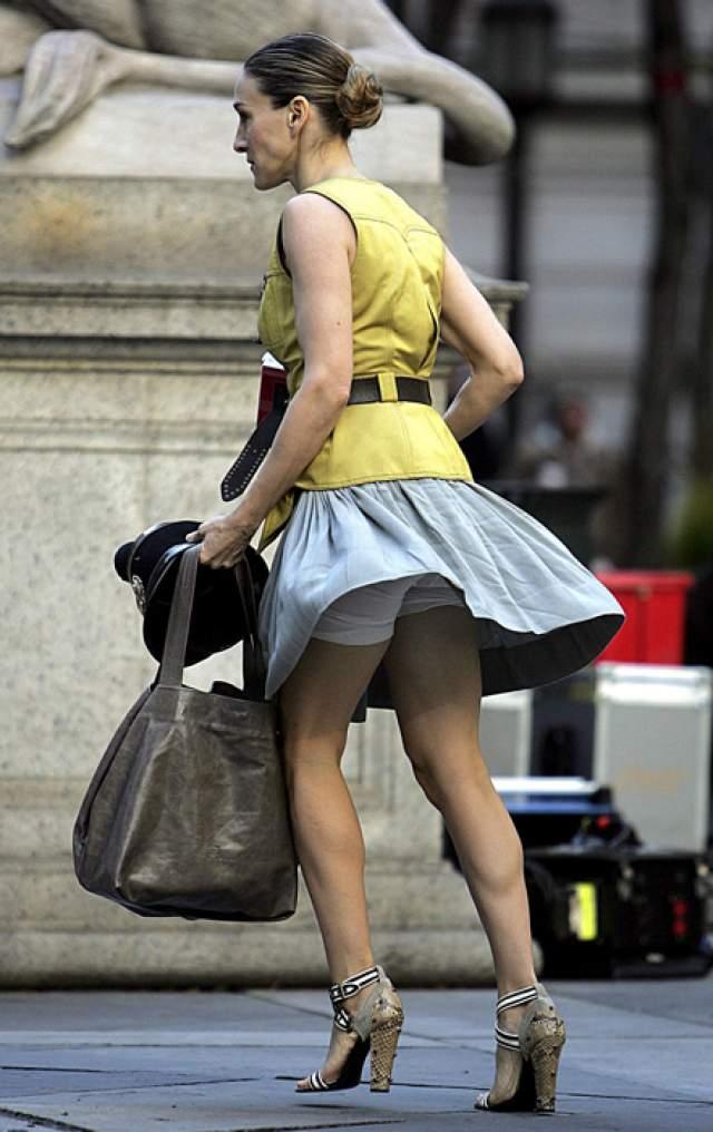 """Ветер подвел Сару Джессику Паркер на съемках """"Секса в большом городе"""". Многие поклонники недоумевали, зачем и без того худой актрисе корректирующие """"штанишки""""."""
