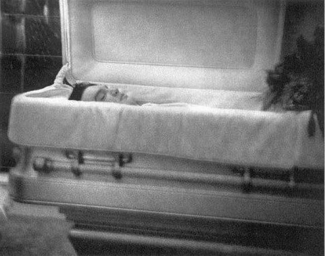В пользу версии о фальсификации говорит тот факт, что многие люди заявляли, что видели постаревшего Пресли в разных уголках мира. Также отсутствие фотографии после вскрытия и изменение одного из имен на надгробии наводят на определенные мысли.