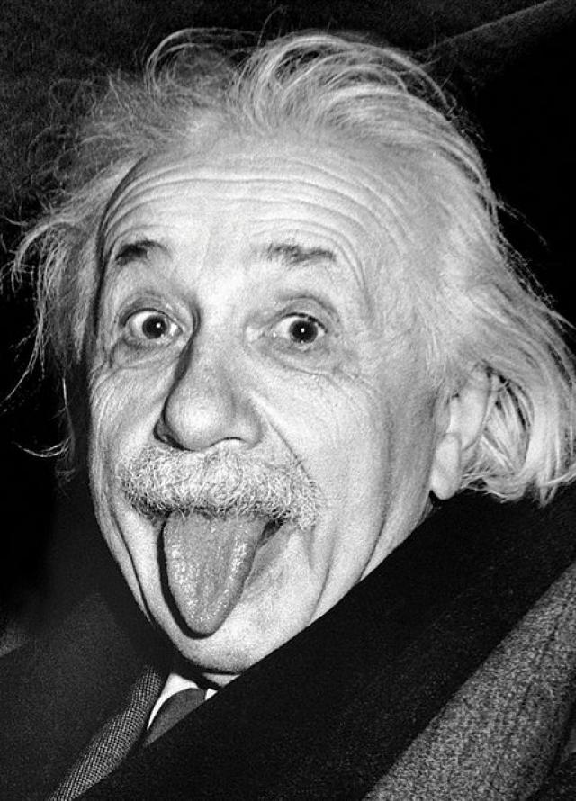 Знаменитый снимок, когда Альберт Эйнштейн высунул язык, был сделан в день его рождения (72 года). Фотограф пытался убедить его, чтобы он улыбнулся для камеры в последний раз, но, улыбнувшись для фотографа много раз, Эйнштейн высунул язык.