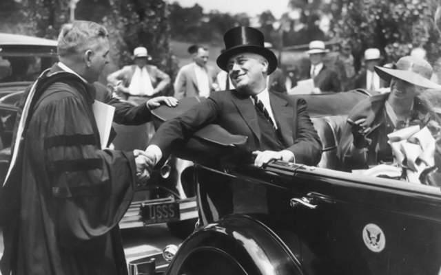 Пуля попала в мэра Чикаго Энтони Чермака , а будущий президент остался невредим.