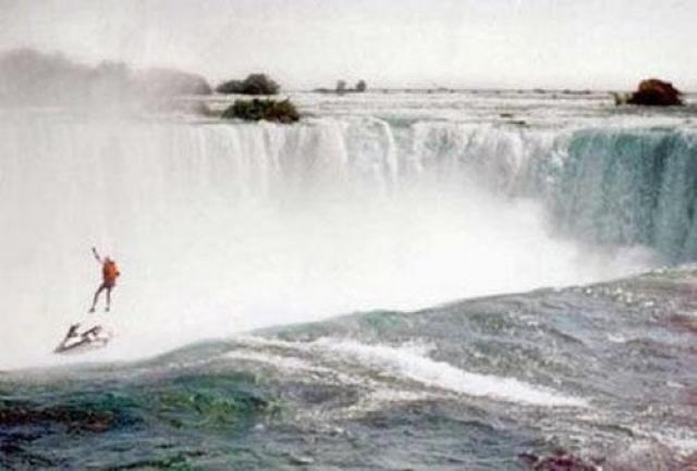1995 год. Роберт Овераккер , 39 лет. Прыгает с водопада на водном мотоцикле, чтобы после прыжка раскрыть парашют.