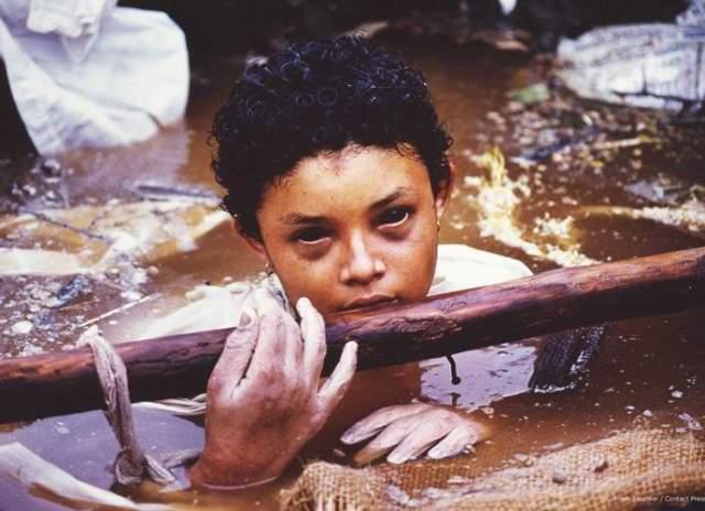 Девочка с черными глазами. Можно подумать, что перед нами кадр из фильма ужасов, но, к сожалению, это реальное фото. В ноябре 1985 года в Колумбии произошло извержение вулкана Руиса, в результате чего провинция Армеро была накрыта селевыми потоками.
