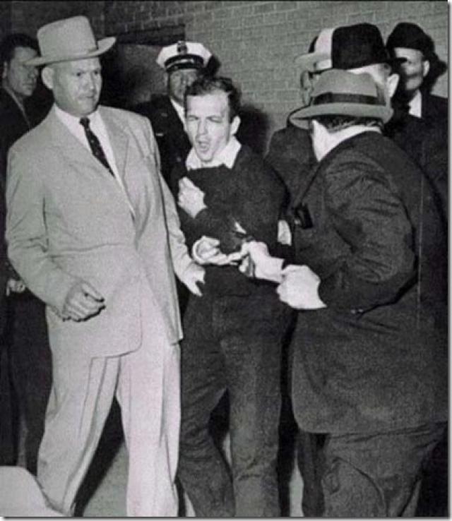 """""""Освальда вывели наружу. Я сжимаю камеру. Полиция сдерживает напор горожан. Освальд сделал несколько шагов. Я нажимаю на спуск затвора. Как только раздались выстрелы, я нажал на спуск еще раз, но моя вспышка не успела перезарядиться. Я начал волноваться за первое фото и спустя два часа я направился проявлять фотографии."""" – Роберт Джексон."""