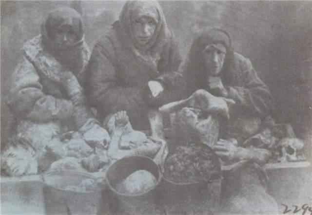 Мужчина по имени Мирон Емец с женой были схвачены варкой собственных детей и приговорены к десяти годам тюрьмы. За каннибализм арестовали около 2500 человек, при этом у многих просто помутилось сознание из-за голода.