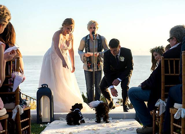Церемония состоялась на берегу океана в Малибу. Торжество посетили лишь самые близкие друзья и родственники, в число которых входят Дженнифер Лоуренс и Дженнифер Энистон, второй брак которой уже развалился к моменту свадьбы подруги.