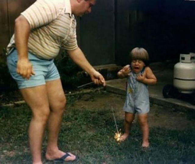 Ну а кто еще научит малыша храбрости держать бенгальский огонь до конца, причем ногой.