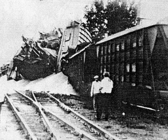 В 01:31 на поезд промчался по станции, а затем проследовал до стрелочного перевода № 17, где при следовании на ответвление произошел разрыв автосцепки между первым и вторым вагонами, после чего второй вагон сошел с рельсов, а налетевшие на него остальные вагоны образовали завал.