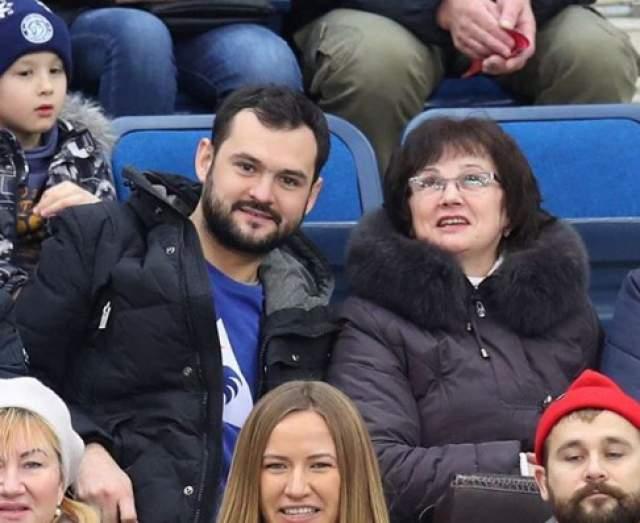 Андрею 29 лет, он родом из Беларуси. Там же живет его мама, с которой он иногда выбирается на хоккей.