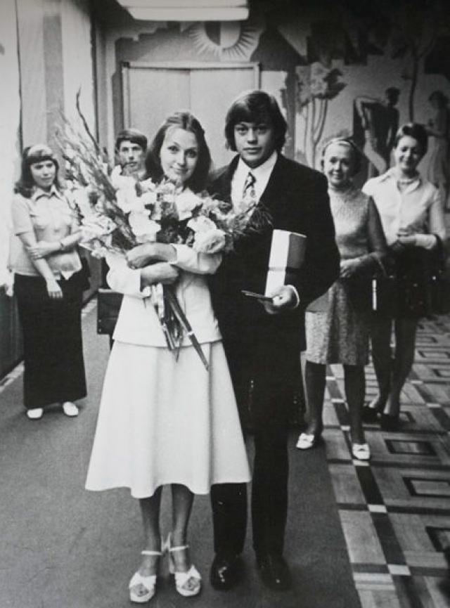 Николай Караченцов и Людмила Поргина познакомились в Ленкоме, куда молодая актриса пришла работать. Девушке пришлось приложить немало усилий, чтобы обратить на себя внимание так тронувшего ее Николая.