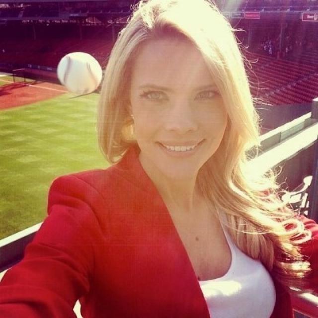 Кэлли Нэш решила сфотографироваться во время бейсбольной тренировки. Мяч пролетел мимо, все обошлось.