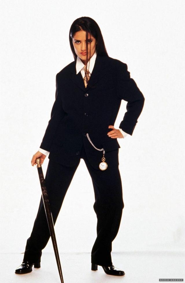 Сэлма Хайек изображает бизнес-леди в костюме не по размеру.