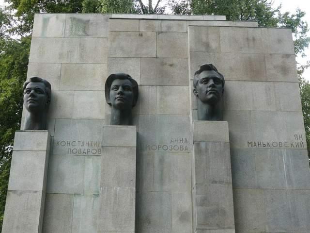 В 1944 году девушку тяжело ранили и, чтобы не попасть в плен, она подорвала себя гранатой вместе с несколькими немцами.