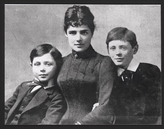 В 1874 она вышла замуж за лорда Рэндольфа Генри Спенсер Черчилля и переехала в Англию. Как отец, занятый политической карьерой, так и мать, увлеченная светской жизнью, уделяли мало внимания сыну. С 1875 года забота о ребенке была возложена на няню.