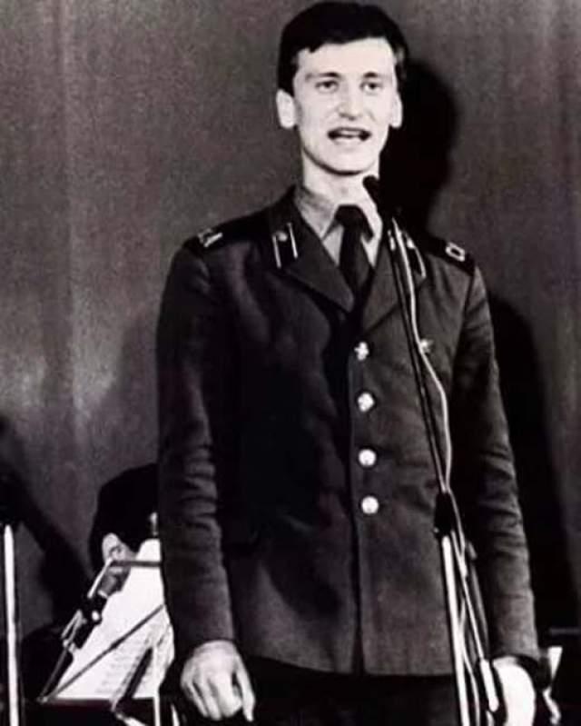 Сергей Пенкин. Несмотря на женственный современный образ, в юности арист мужественно отслужил два года в артиллерийских войсках.