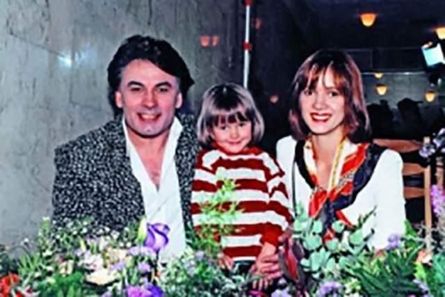 Отметим, что в 80-х певец женат не был. Его супругой в начале 90-х стала гимнастка Елена Стебенева, а в 1993 году у них появилась дочь Мишель, которую Серов сделал своей единственной наследницей.